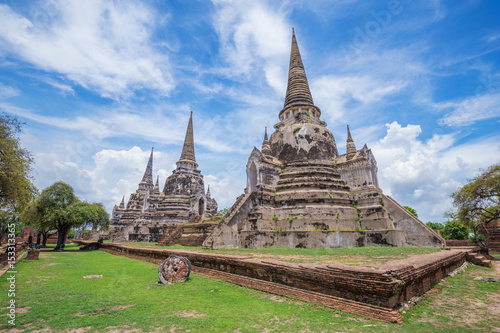 Foto  Ruins of buddha statues and pagoda of Wat Phra Si Sanphet in Ayutthaya historica