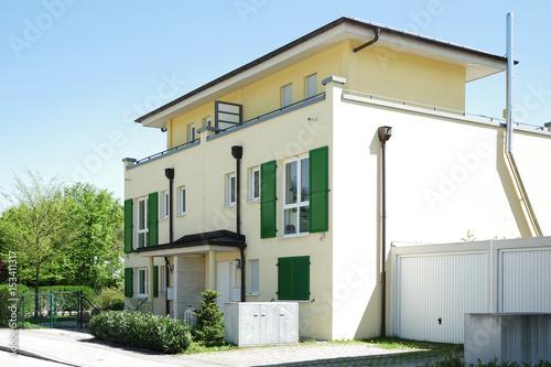 Neue Hauser In Einer Wohnsiedlung Moderne Architektur Buy This