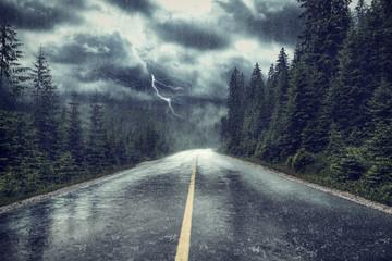 Burza z deszczem i błyskawicami na ulicy