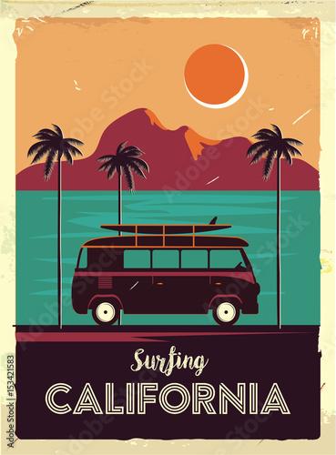 Grunge retro metalu znak z drzewkami palmowymi i samochodem dostawczym. Surfowanie w Kalifornii. Vintage plakat reklamowy. Staroświecki projekt