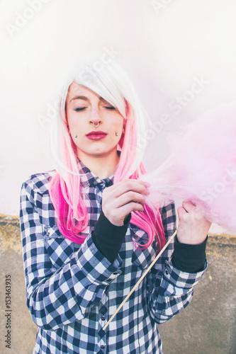 Adolescente alternativa con piercings y el pelo teñido comiendo algodón de azúca Wallpaper Mural