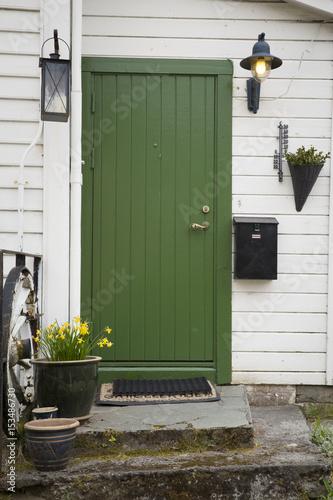 Montage in der Fensternische Skandinavien Ornamental door in Volda town, Norway