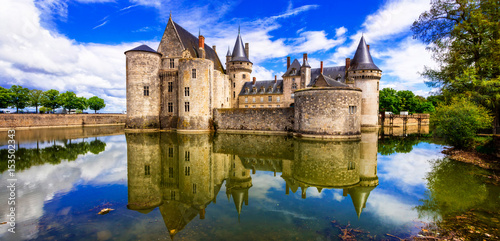 Poster Kasteel Beautiful medieval castle Sully-sul-Loire. famous Loire valley river in France