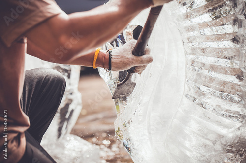 man is carving the ice sculpture for wedding Canvas-taulu