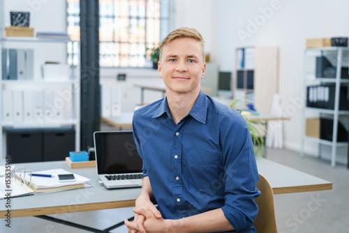 junger geschäftsmann am schreibtisch im büro