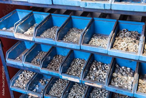 Fényképezés  Schraubenlager in blauen Plastikkisten in einer Werkstatt