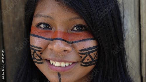 Cuadros en Lienzo Closeup face of Native Brazilian Woman at an indigenous tribe in the Amazon