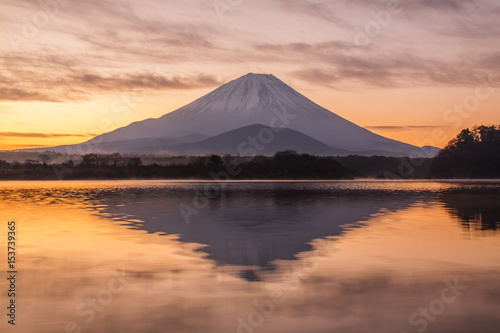Mt Fuji o świcie z jeziora Shoji
