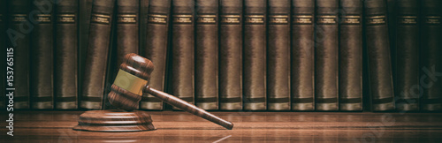 Fotografiet  Wooden judge gavel and law books. 3d illustration