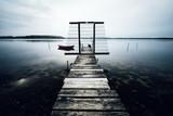 Ein alter verlassener Bootssteg am See - 153850945