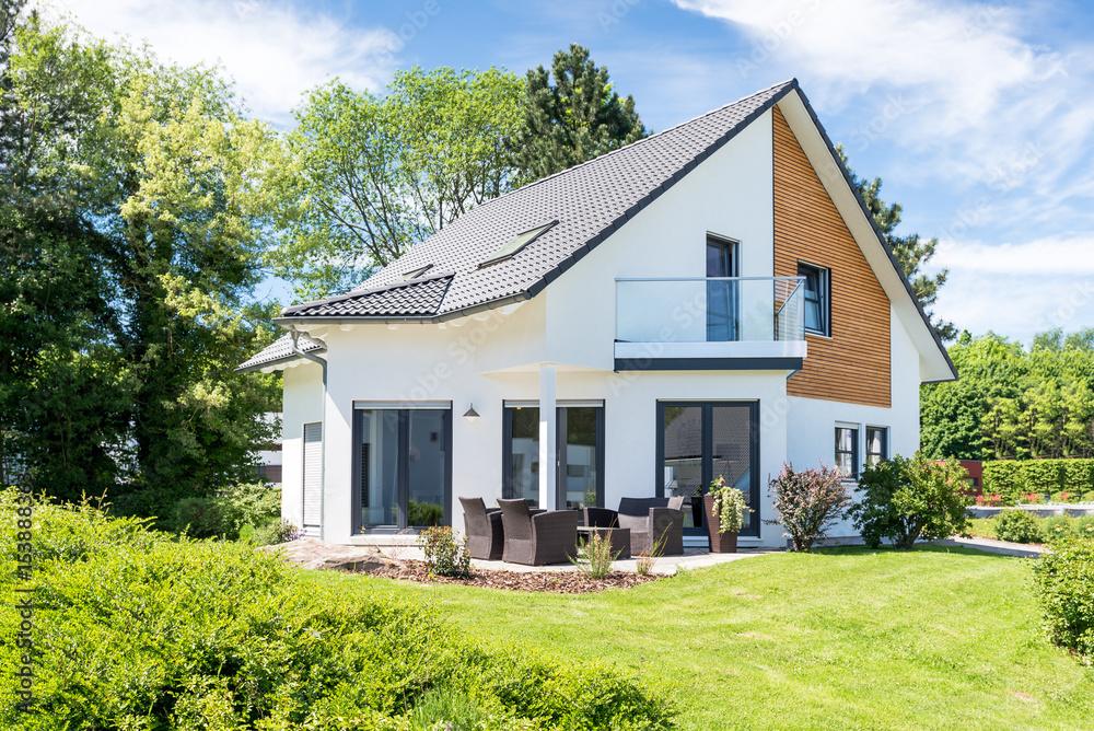 Fototapeta Einfamilienhaus, Wohnhaus mit Garten