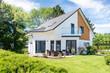 Leinwanddruck Bild - Einfamilienhaus, Wohnhaus mit Garten