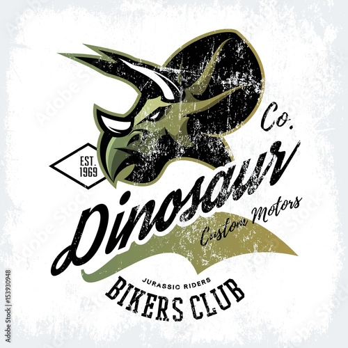 In de dag Art Studio Vintage American furious dinosaur bikers club tee print vector design. Savage monster street wear t-shirt emblem. Premium quality wild reptile superior mascot logo concept illustration.