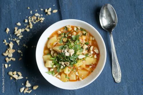 Poster Klaar gerecht Zupa z ziemniakami, orzeszkami ziemnymi i pietruszką