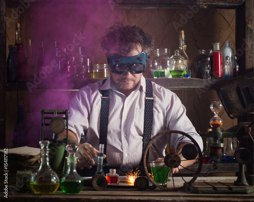 Foto  crazy medieval scientist working in his laboratory