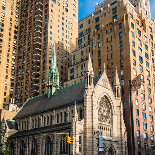 Foto op Plexiglas New York TAXI Church in New York Manhattan caught by the modern skyscrapers