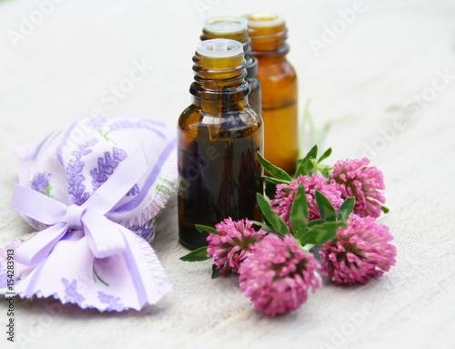 Flacons D Huile Essentielle De Fleur De Trefle Rouge Sur Fond Bois