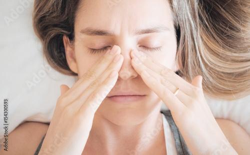 Donna con sinusite o allergia, malessere Wallpaper Mural