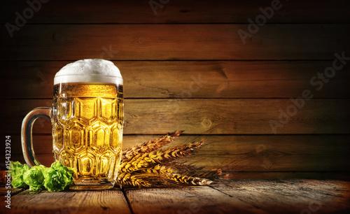 Montage in der Fensternische Bier / Apfelwein Oktoberfest Bier auf einem rustikalem Hintergrund