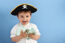 Niño Con Sombrero Pirata Sosteniendo Discos Y Echando La Lengua