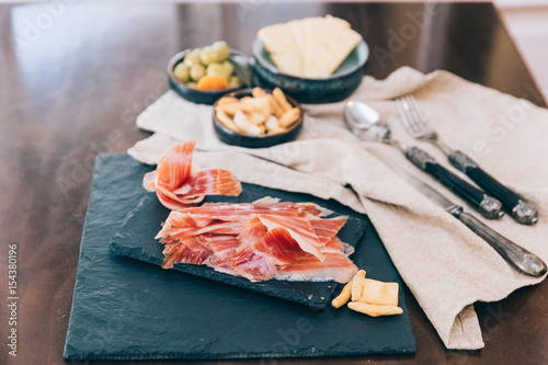 Valokuva Spanish ham over black booard