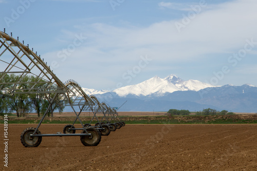 Fotomural  Pivot Irrigation System in a farming field with Longs Peak Mountain in the backg