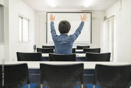 Fotografie, Obraz  教室で喜ぶ男性