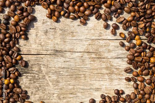 Café en grains Coffee beans frame on grunge wooden background