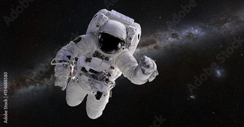 Photo  Astronaut in front of the Milky Way galaxy