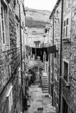 Ładna ulica na starym mieście w Dubrowniku - 154700166