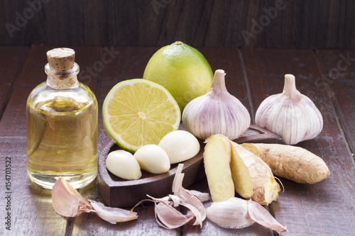 Photo  Garlic with lemon on wood