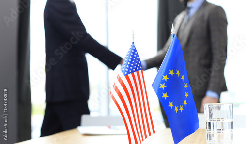 Fotografía European Union and American leaders shaking hands on a deal agreement