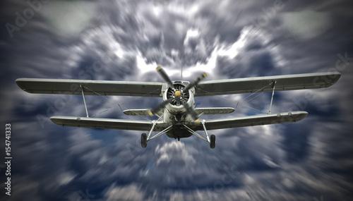 biplanu-ladowanie-z-chmurnym-niebem-na-tle