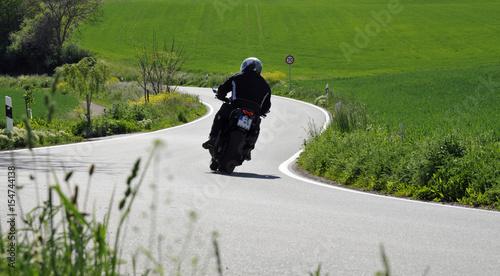 Zdjęcie XXL Motocyklista na krętej drodze