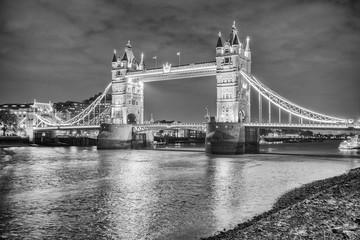 Fototapeta Scheinende Tower Bridge in s/w