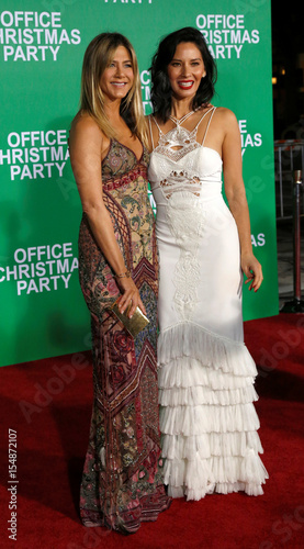 Christmas Office Party Cast.Cast Members Aniston And Munn Pose At The Premiere Of