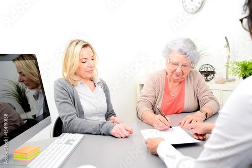 Fotografía elderly senior woman with daughter signature legacy heritage testament document