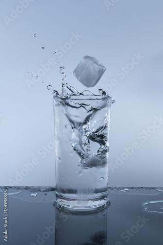 woda-z-kostkami-lodu-w-szklance