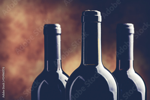 butelki-wina-na-brazowym-tle