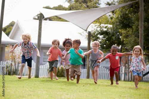Zdjęcie XXL Dzieci w szkole Montessori zabawy na świeżym powietrzu podczas przerwy