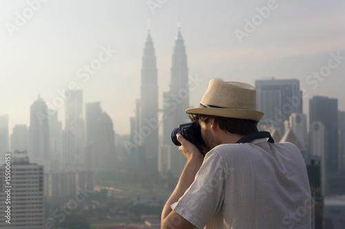 Touriste photographiant des gratte-ciel, Kuala Lumpur, Malaisie