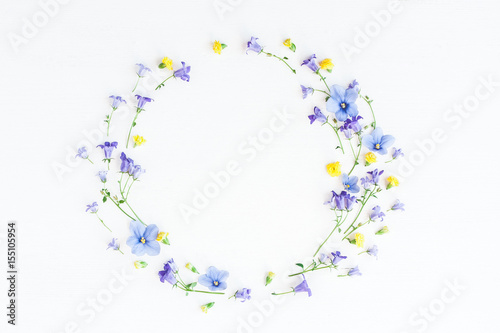 Papiers peints Pansies Wreath made of bell flowers, pansy flowers and yellow flowers on white background. Flat lay, top view