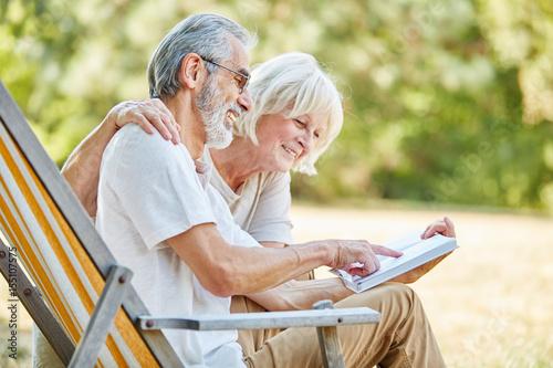 Zdjęcie XXL Starsza para czyta książkę wpólnie
