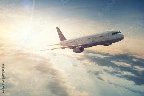 Obraz na plátne Flugzeug fliegt bei Sonnenaufgang