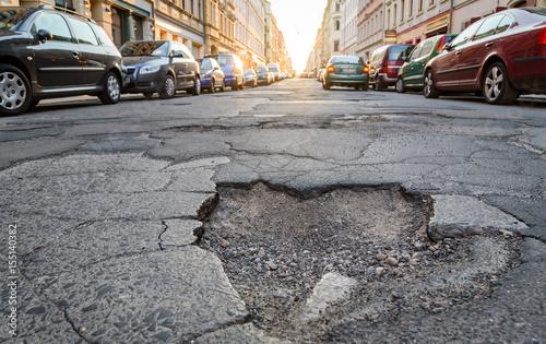 Fotografie, Obraz  Schlagloch in der Stadt - Kaputte Strassen