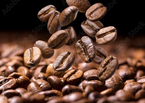 spadajace-ziarna-kawy-ciemny-tlo-z-kopii-przestrzenia-zakonczenie