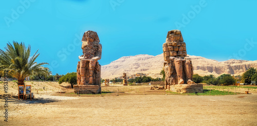 In de dag Egypte Egypt. Luxor. The Colossi of Memnon - two massive stone statues of Pharaoh Amenhotep III