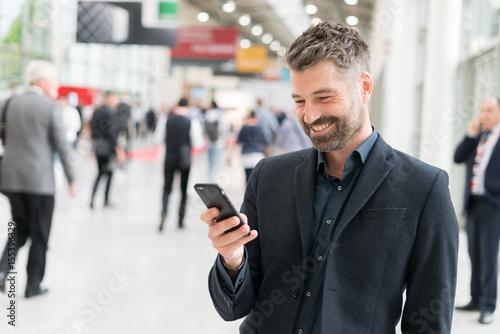 Fotografie, Obraz  Geschäftsmann mit Smartphone