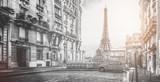 Wieża eifel w Paryżu z maleńkiej ulicy - 155442944