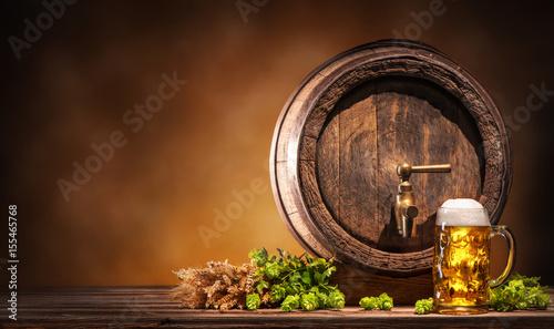 Montage in der Fensternische Bier / Apfelwein Oktoberfest Bierfass mit Bierglas auf einem rustikalen Hintergrund